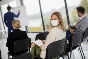 personnes en réunion avec des masques sur photo
