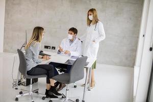 médecins parlant avec un patient avec des masques sur photo