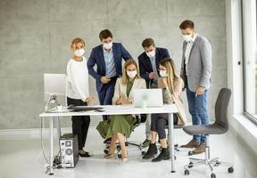 personnes masquées dans un bureau photo