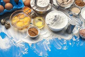 Ingrédients de cuisson sur la vue de dessus de fond de couleur bleue photo