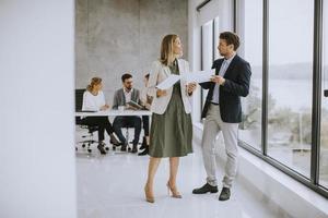 professionnels lors d'une réunion dans un bureau moderne photo