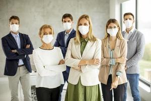 professionnels debout et portant des masques photo