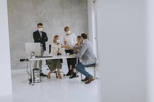 groupe dans un bureau moderne portant des masques photo