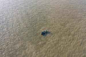 Vue aérienne d'un bateau sur le Danube près de la ville de Galati, Roumanie photo