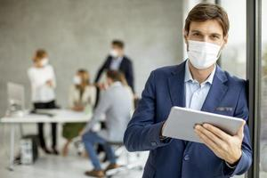 homme portant un masque sur une tablette photo