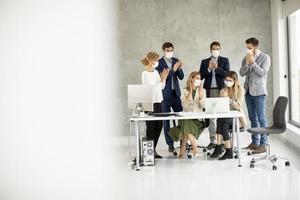 vue de personnes masquées lors d'une réunion avec espace de copie photo