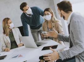 professionnels en discussion avec des masques sur photo