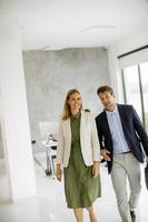 professionnels d & # 39; affaires marchant ensemble dans un espace de bureau photo