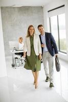 homme et femme marchant dans un espace de bureau photo