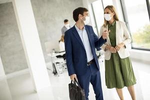 deux professionnels masqués parlant photo