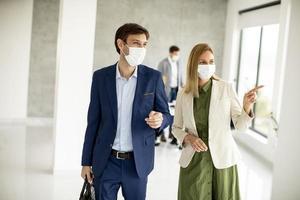 deux professionnels masqués dans un bureau photo