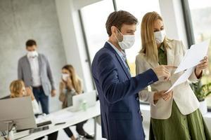professionnels masqués regardant la paperasse photo