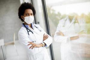 médecin avec les bras croisés près de la fenêtre photo