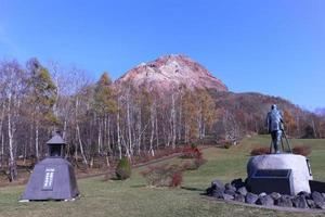 Hokkaido, Japon 2015- au volcan actif mt showa shinzan avec ciel bleu photo