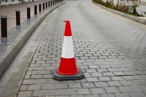 cônes de signalisation en plastique sur la route pour limiter le trafic photo