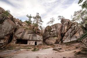 construit dans des logements pour les personnes qui se sont cachées pendant les guerres dans les rochers photo