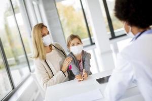 pédiatre discutant des soins photo