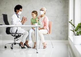 médecin examinant fille avec grand-mère photo