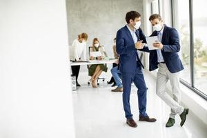 deux jeunes hommes d & # 39; affaires masqués photo