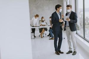 deux hommes d & # 39; affaires masqués photo