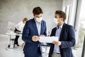 réunion de deux hommes masqués photo