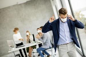 homme d & # 39; affaires masqué au téléphone photo
