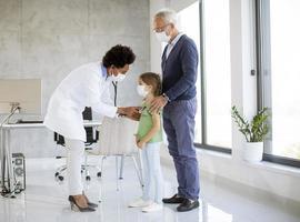 docteur, examiner, a, girl, à, grand-parent, présent photo