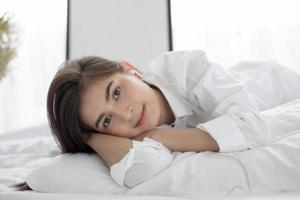 femme couchée dans son lit photo