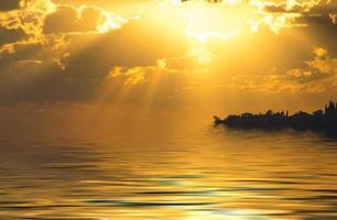 paysage marin avec un beau coucher de soleil et des rayons de soleil photo