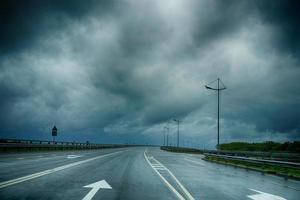Marquage routier humide sous un ciel orageux sombre dans la région de Kaliningrad photo