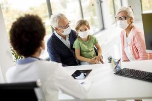 grands-parents s'occupant d'un petit-enfant malade photo