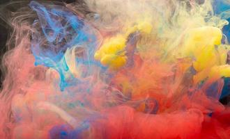 la couleur tombe dans l'eau photo