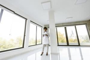 docteur, debout, dans, bureau moderne, à, tablette photo