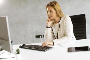 femme d & # 39; affaires travaillant sur ordinateur dans un bureau moderne photo