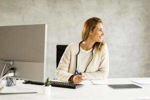 femme affaires, regarder loin, bureau photo