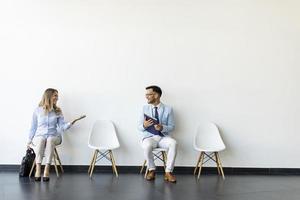 personnes assises dans la salle d'attente photo