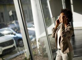 femme d & # 39; affaires en discussion au téléphone photo