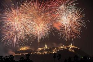 Festival annuel du temple de khao wang avec feux d'artifice colorés sur la colline la nuit photo
