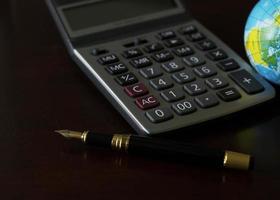 pièces d'argent et calculatrice et carte de crédit pour le concept de prêt d'argent photo