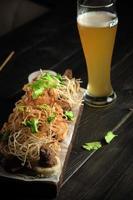 verre de bière froide avec menu de restauration apéritif photo