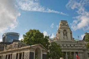 Vue de l'architecture de la ville de Londres au Royaume-Uni le long de la rive de la Tamise photo