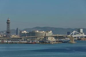 port avec conteneurs et opérations d'import export à barcelone espagne photo