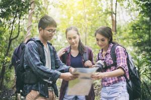Groupe de jeunes amis en randonnée dans les bois photo