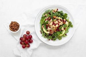 salade aux raisins et noix pour le déjeuner photo