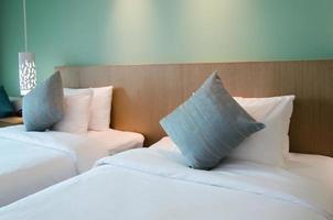 lit et oreillers dans la chambre moderne. photo