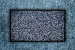 TV sur le mur de béton et aucun signe de signal sur un écran de télévision photo