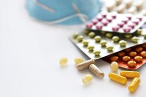 masque médical bleu et pilules de médecine photo