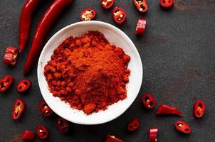 Piment rouge piments séchés sur fond sombre vue de dessus photo