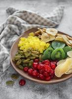 bol avec divers fruits secs photo