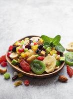 bol avec divers fruits secs et noix photo
